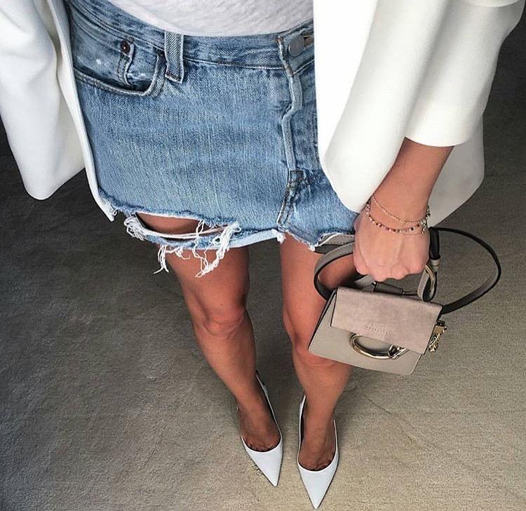 e0087d0dbf9 Ναι, μπορείτε να φορέσετε την αγαπημένη σας τζιν φούστα και το φθινόπωρο!  Το μόνο που έχετε να κάνετε είναι να την συνδυάσετε με ένα λευκό σακάκι.